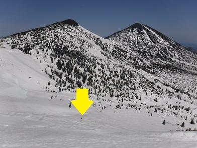 矢印がY朗です。登り30分、滑るの1分ですね。