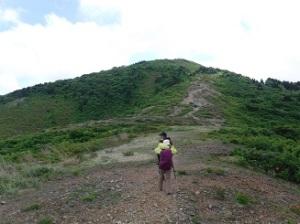 前方に見えるのが、丘のような尻立山