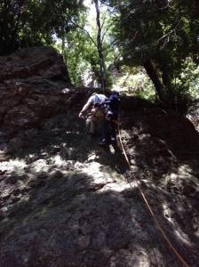要救助者と救助者に分かれて懸垂下降と救助の訓練