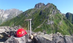 5峰から本峰への眺め ピッケルのオブジェ?!