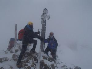 赤岳山頂でのツーショット。めちゃめちゃ寒い!