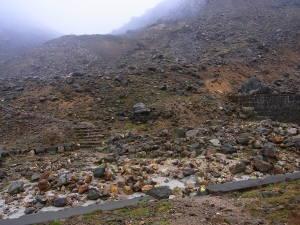 諏蛾守の登り(岩石が沢山あります。崩壊跡ではありません)