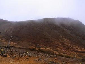 久住山(写真の右端。雨と霧でうっすら見えます)