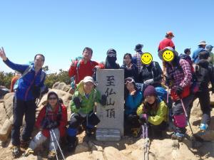 頂上で記念撮影(フルフェイスの方は吉川さんです)